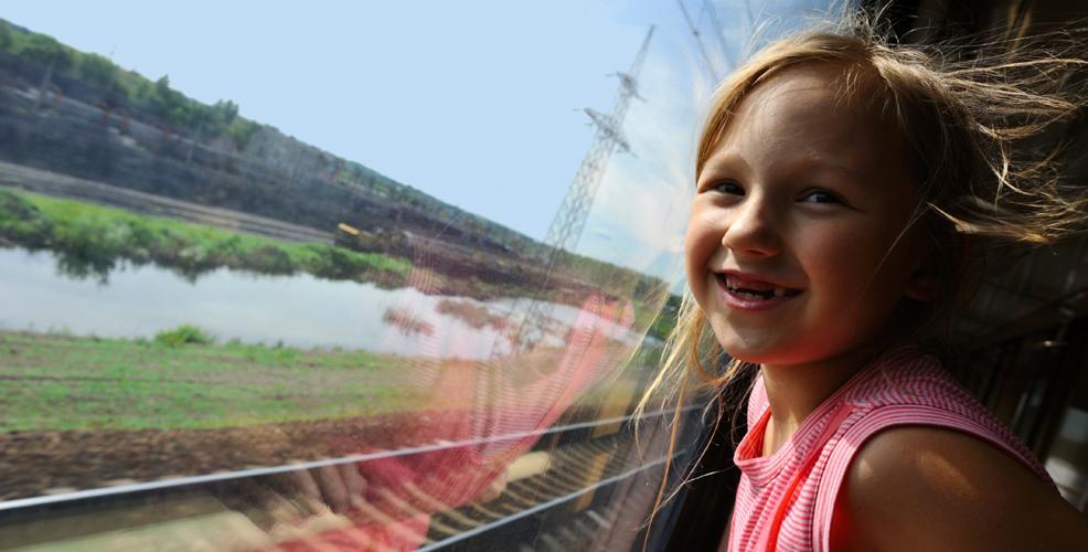Flicka i tågfönster